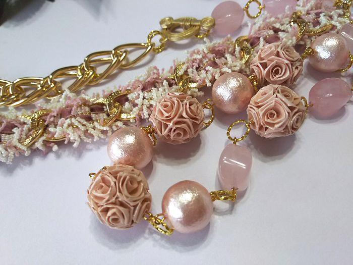 バラ色のロングネックレス