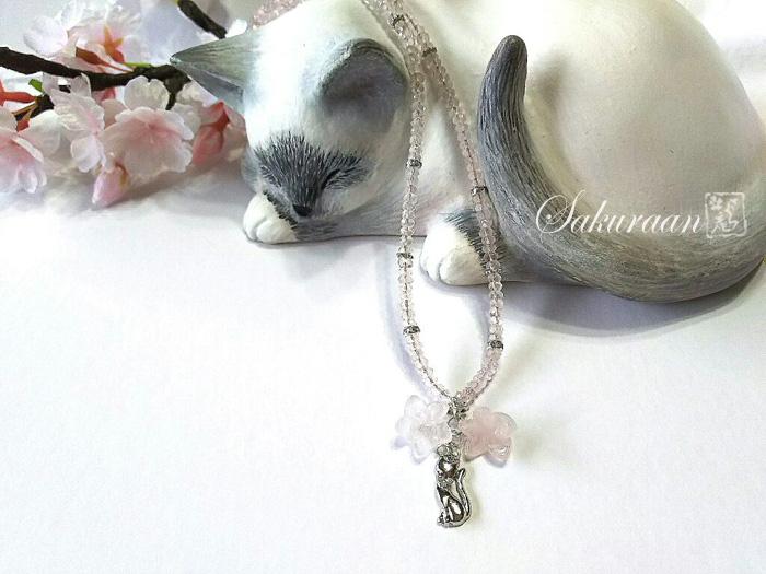 猫とローズクウォーツのネックレス