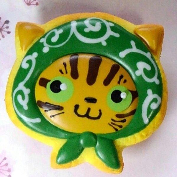 画像1: 耳つきほっかむり猫マグネット【キジトラ】 (1)